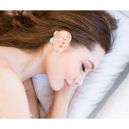 Oreillettes Souples Magnétiques AURIS vue sur femme allongée